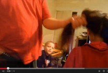Fare la coda ai capelli con l'aspirapolvere, il video divertente